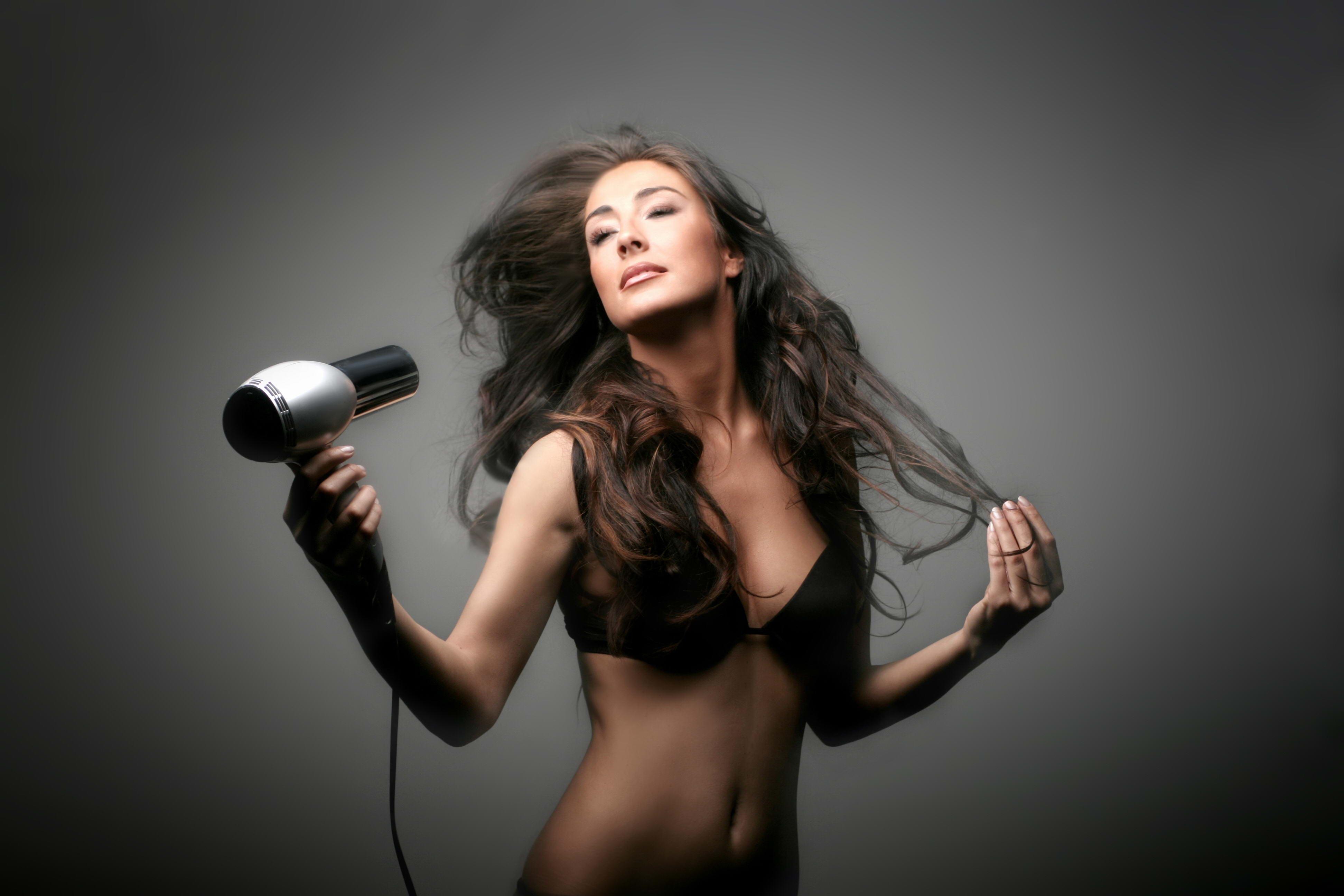 Как правильно выбрать фен для укладки волос
