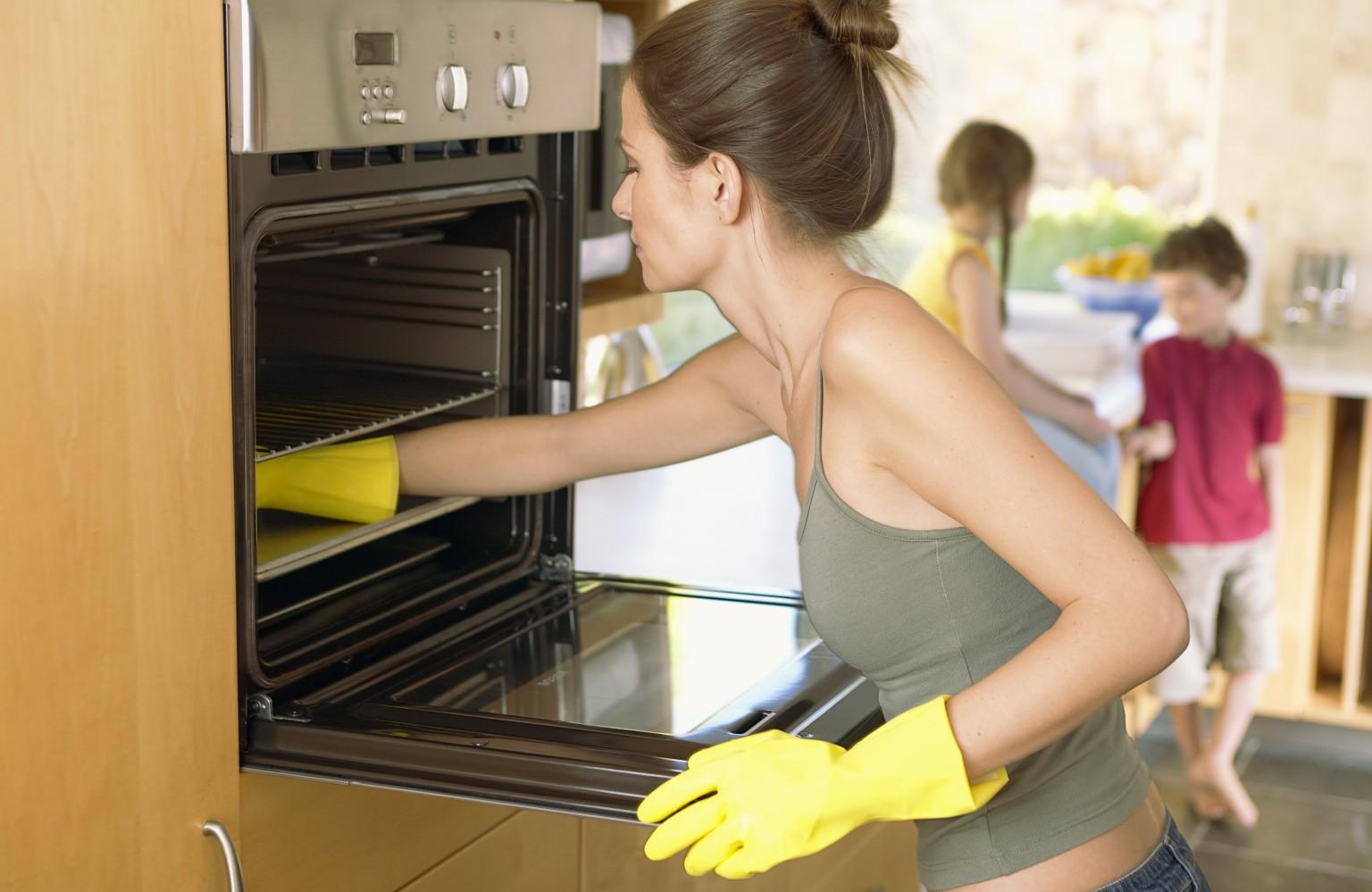 Несколько способов отмыть духовку от жира и гари
