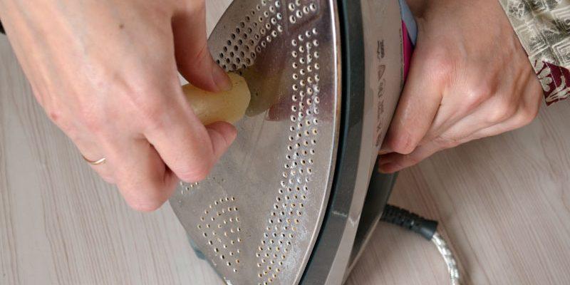 Несколько способов очистить подошву утюга от нагара