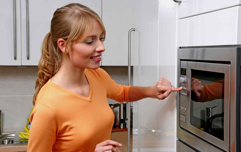 Почему искрит микроволновая печь?