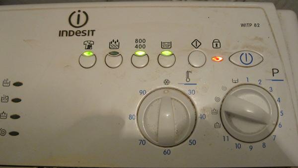 Панель управления стиральной машины и горящие индикаторы