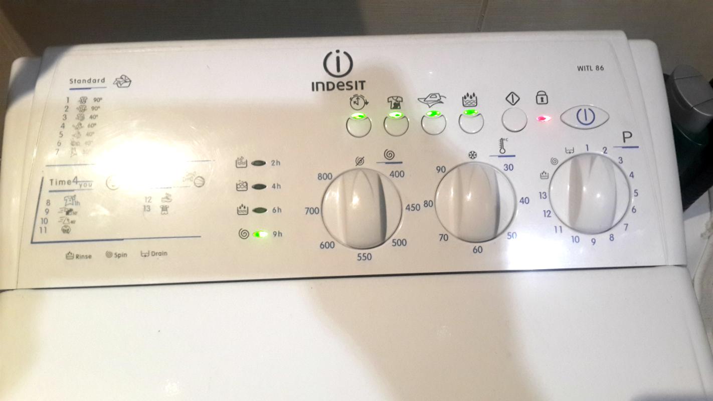 Почему останавливается при работе стиральная машинка и мигают индикаторы