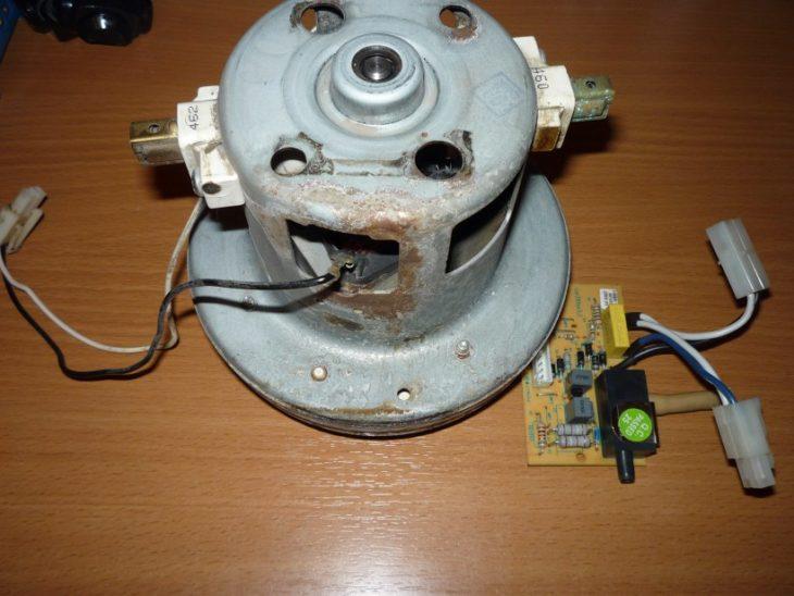 Разобранный мотор пылесоса