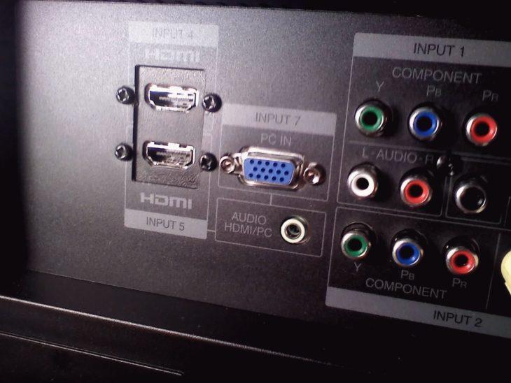 Панель с гнёздами для штекеров на телевизоре