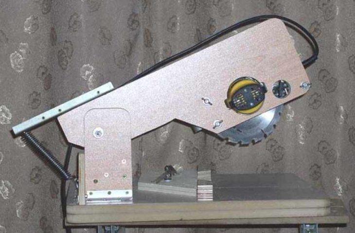 Самодельная конструкция торцовки из циркулярной ручной пилы