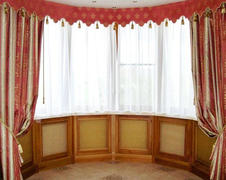Красные шторы в вериткальными полосками