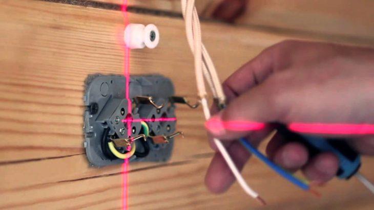 Делаем разметку на стенах с помощью лазерного уровня