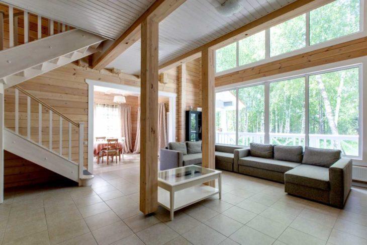 Лестницы и колонны в интерьере дома со вторым светом
