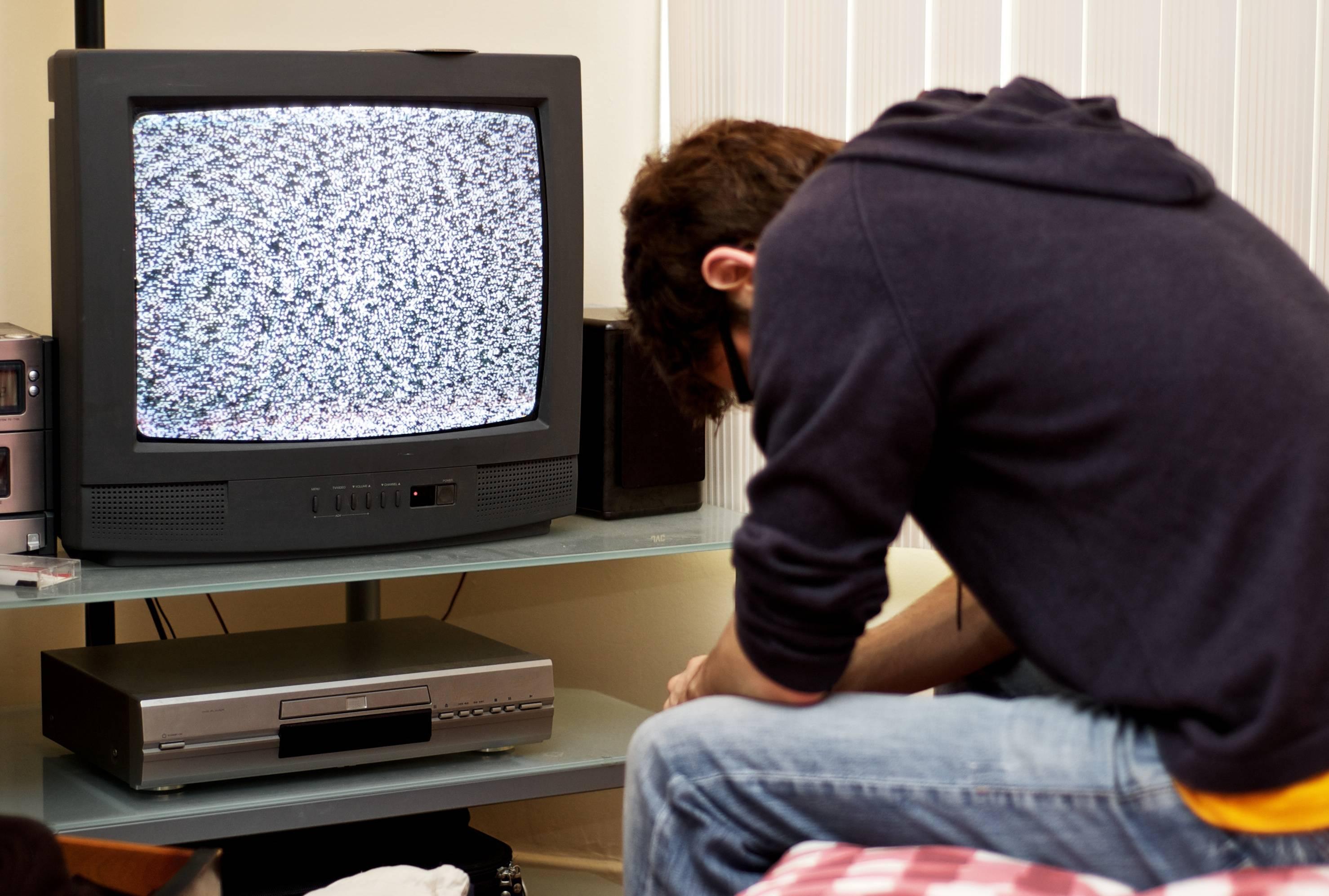 Почему экран телевизора Samsung мигает при включении и далее в течение часа