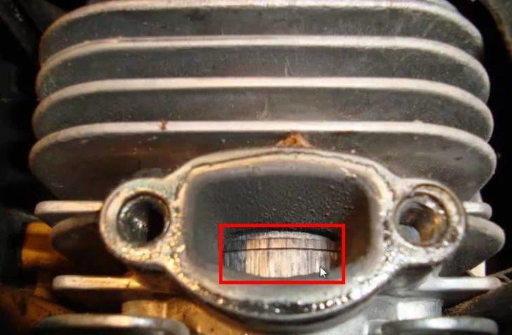 Часть цилиндра в отверстии выхлопа