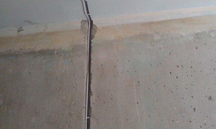 Закладывание кабеля в штробы