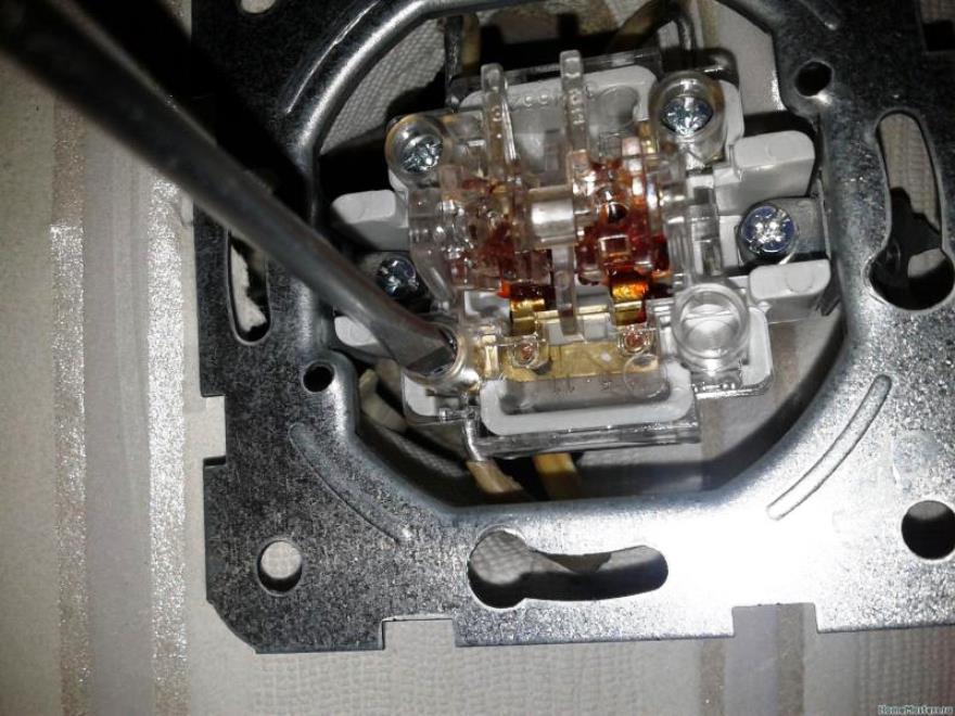 Установка выключателя с одной клавишей