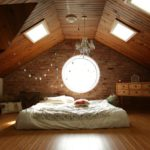 Декоративное и функциональное освещение мансардного помещения