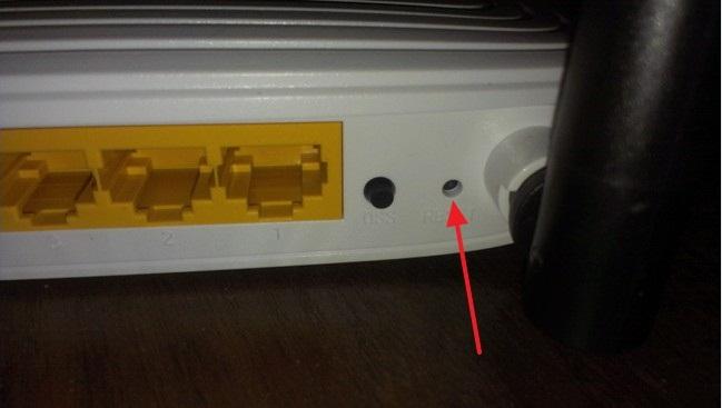Кнопка перезагрузки роутера