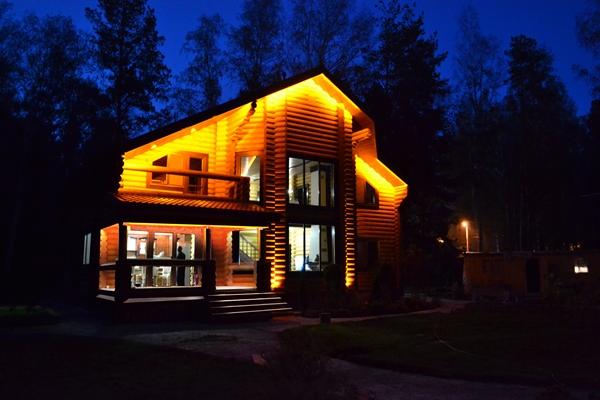 Подсветка фасада деревянного дома