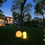 Точечные и сферические светильники на участке