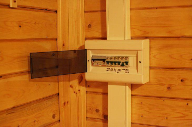 Распределительный щит в деревянном доме