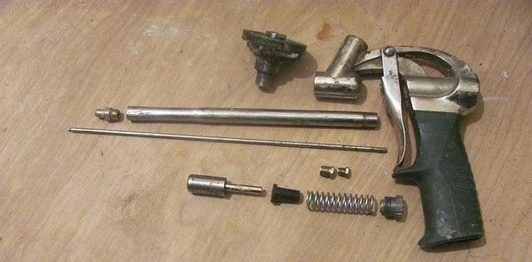 Пистолет для монтажной пены в разобранном виде
