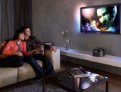 Пара смотрит фильм в домашнем кинотеатре