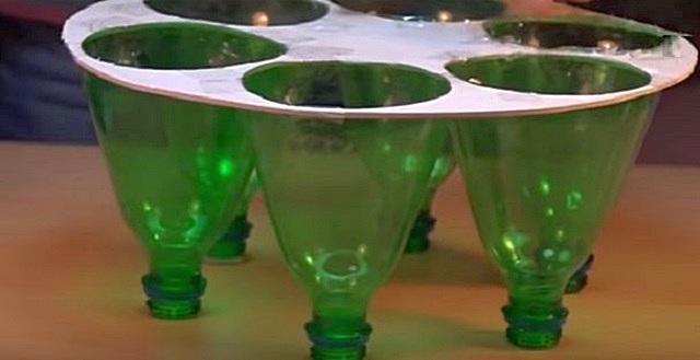 Обрезанные бутылки в пластиковой форме