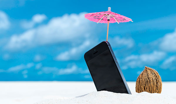 Телефон под зонтиком от солнца