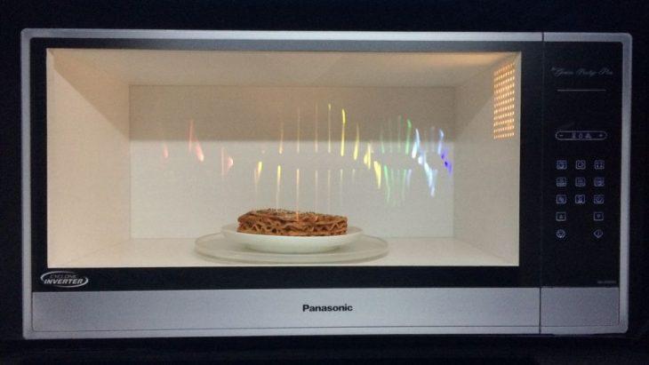 микроволновка с пищей