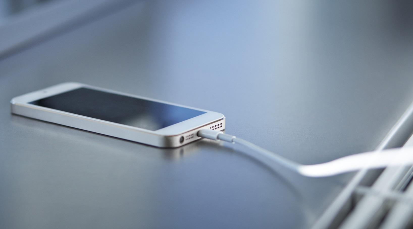 Как зарядить телефон без зарядки: стандартные и нетипичные способы