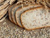 Бездрожжевой хлеб и колосья пшеницы