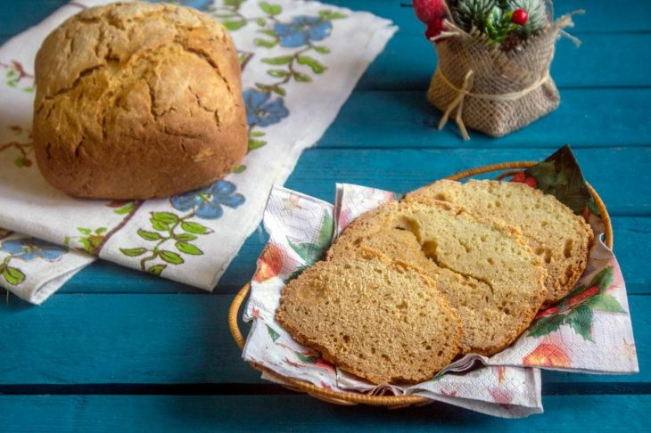 Бездрожжевой хлеб на столе