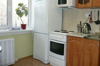 холодильник радом с плитой