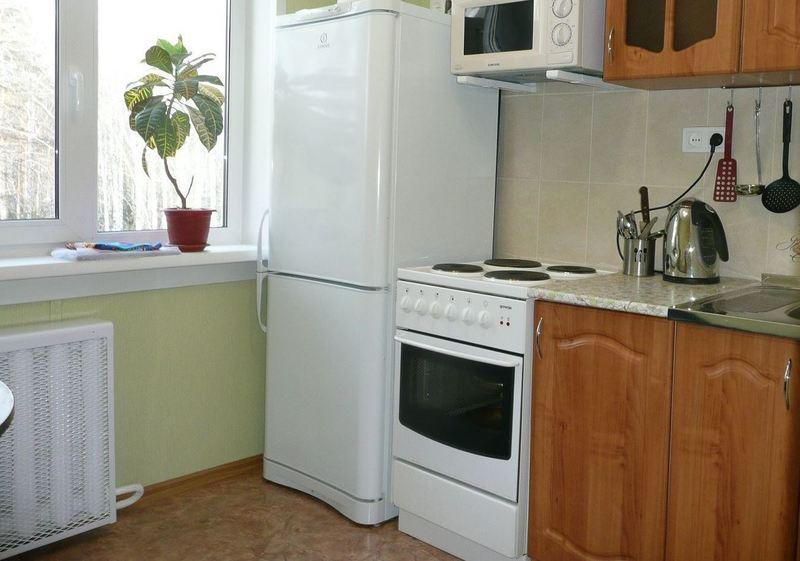 Каким должно быть минимальное расстояния между плитой и холодильником?
