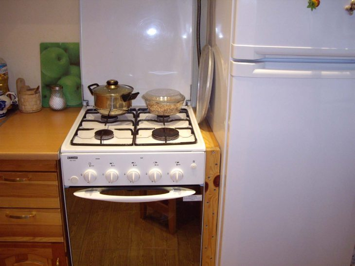Плита у холодильника