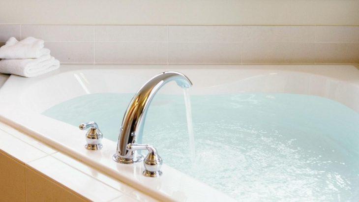 Вода набирается в ванну