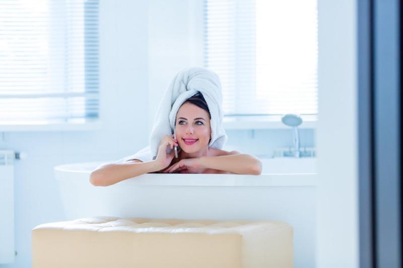 Почему нельзя мыться в ванной, когда стирает машинка или заряжается смартфон