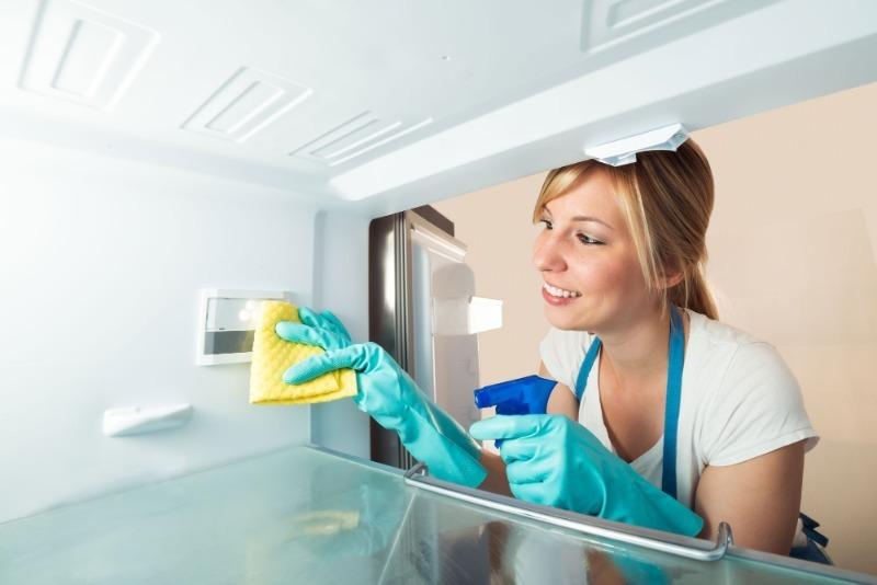 5 дешевых средств, которые помогут быстро и без особых усилий убрать рыбный запах из холодильника