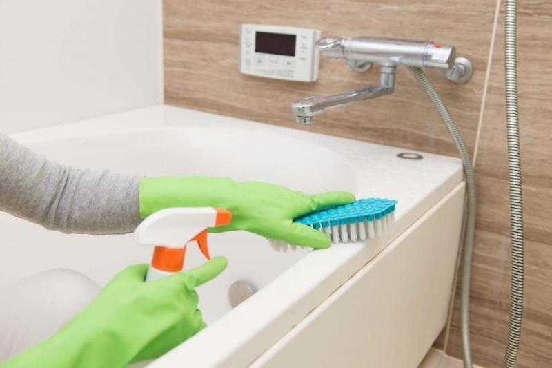 Как быстро отмыть ванную, не наклоняясь