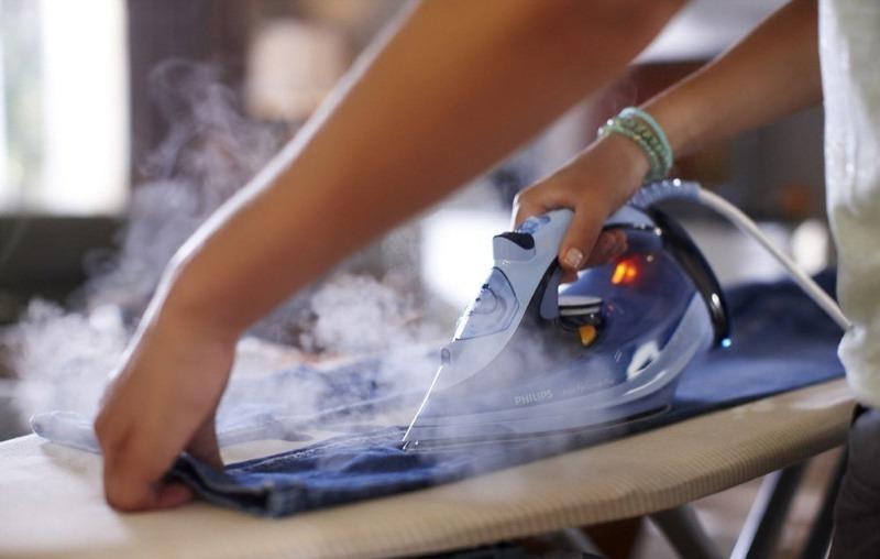 Можно ли лить дистиллированную воду в утюг: что советуют производители и как обстоит дело на самом деле