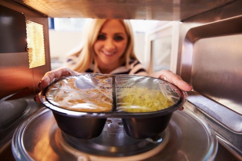 12 продуктов, которые нельзя готовить или греть в микроволновке