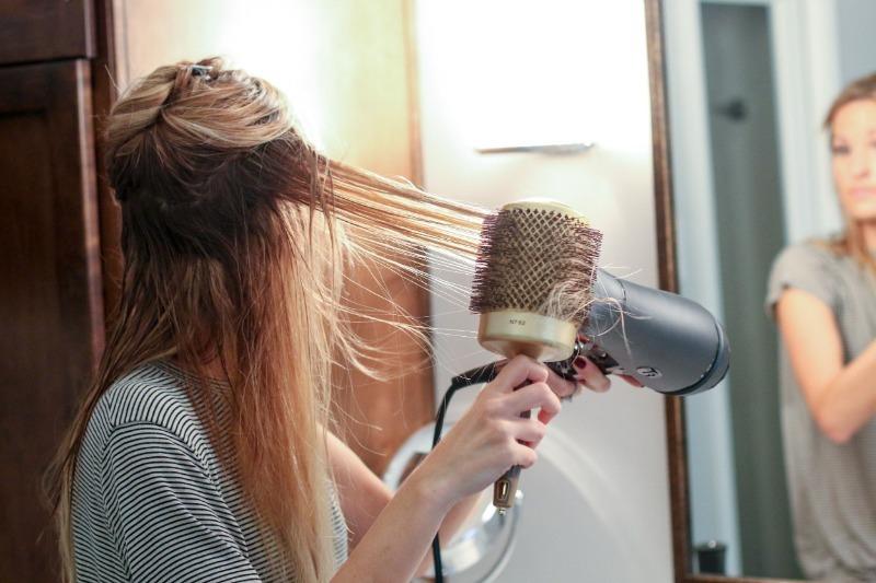 Не только для волос: 10 нестандартных способов применения фена