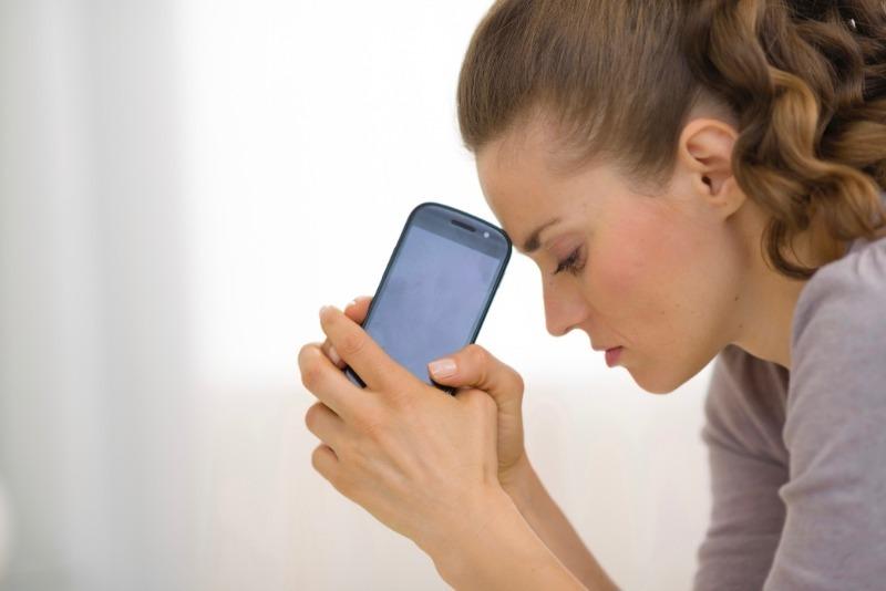 5 проблем, которые появляются на коже от смартфона