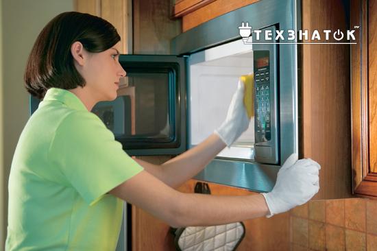 женщина моет микроволновку