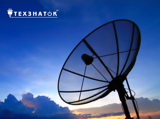 спутниковая тарелка на фоне темного неба